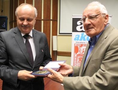 Jan Skiba z lewej odbiera medal z rąk prof. Jerzego Święcha. Fot. M. Trembecki