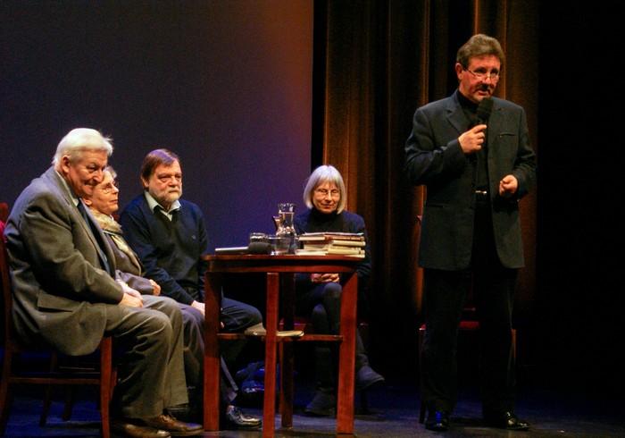 Siedzą od lewej: Mirosław Ikonowicz, Alicja Kapuścińska, Marek Miller, Rene Maisner, stoi Bogusław Wróblewski. Fot. Kamil Kudyba