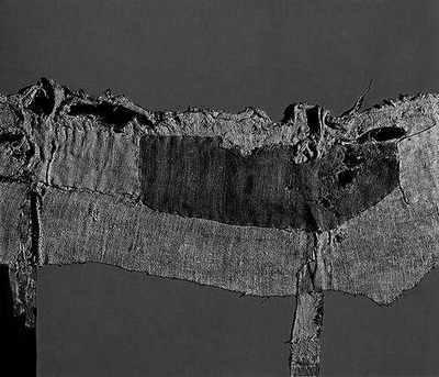 Alberto Burri, Worek i czerwień, 1954, 86x100 cm, juta, olej/płótno, wł. Tate Modern, London. Repr. wg: Maurizio Calvesi, Alberto Burri, Milano 1977.
