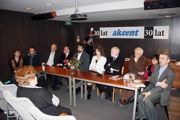 Panel na temat czasopism literackich. Za stołem siedzą od lewej: Hałyna Kruk, Grzegorz Kondrasiuk, Bohdan Zadura, Sergiusz Sterna-Wachowiak, Márton Falusi, Szílvia Jakocs, István Kovács, János Oláh, Katalin Mezey, Mykoła Riabczuk. Fot. G. Winnicki