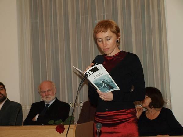 Anna Goławska czyta swoje wiersze. W tle István Kovács. Fot. M. Obara.