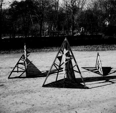 Piotr Kmieć: Wpisani w drzewo, 1979, drewno-płótno, 235 x 200 cm (x 3). Fot. A. Polakowski