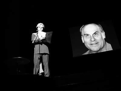 """Spektakl poetycki """"Poeci z kręgu Akcentu"""". Jacek Król recytuje wiersz Ryszarda Kapuścińskiego. Fot. J. Kutnik"""