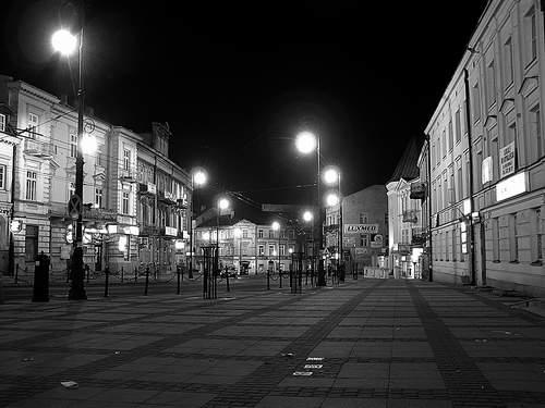Ul. Królewska tak pusta jest tylko późną nocą. Fot. A. Makowski