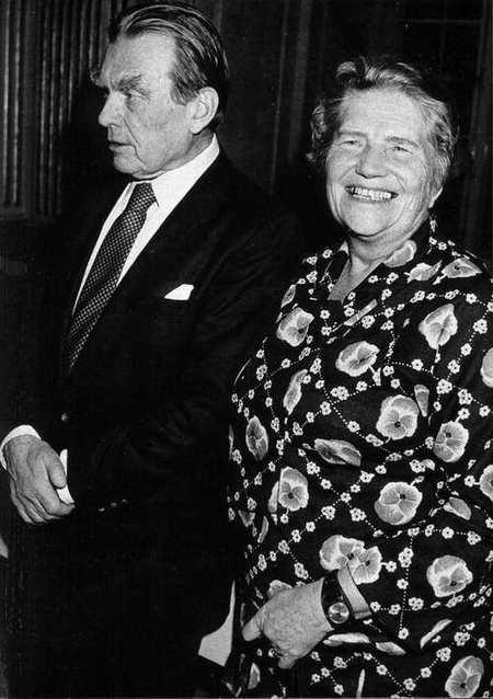 Prof. Czesław Miłosz i prof. Irena Sławińska w czasie uroczystości w Sztokholmie w 1980 r. (Ze zbiorów Norberta Wojciechowskiego)