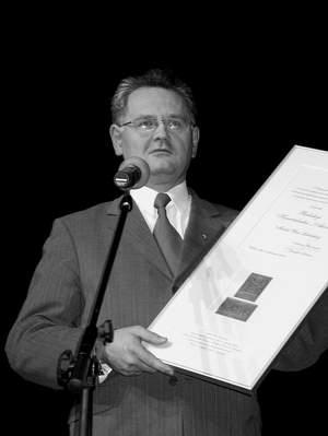 """Prezydent Lublina Andrzej Pruszkowski wyróżnił redakcję """"Akcentu"""" Medalem Unii Lubelskiej."""
