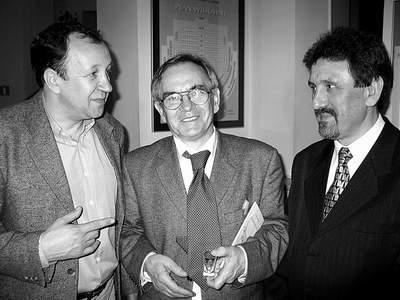 """Kuluarowa rozmowa redaktorów naczelnych. Od lewej: Robert Traba (""""Borussia""""), Zbigniew Wójcik (""""Tygiel kultury""""), Bogusław Wróblewski (""""Akcent""""). Fot. J. Kutnik"""