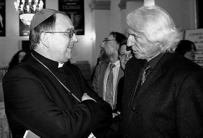Arcybiskup Józef Życiński w rozmowie z dyrektorem Michałem Jagiełłą. Fot. J. Jędrzejek