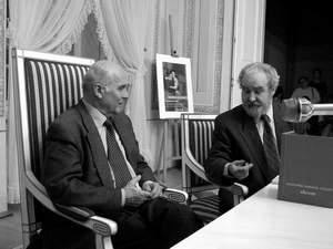 Ryszard Kapuściński słucha wystąpienia prof. Tadeusza Szkołuta w Trybunale Koronnym w Lublinie, 20 lutego 2003 r. Fot. Iwona Burdzanowska