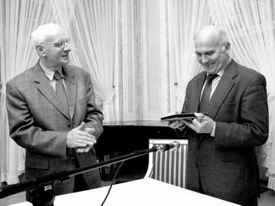 """Ryszard Kapuściński odbiera Nagrodę Wschodniej Fundacji Kultury """"Akcent"""", 20 lutego 2003 r. Fot. Maciej Kaczanowski."""