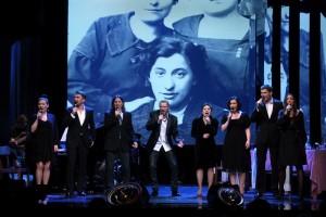 Scena zbiorowa ze spektaklu, pośrodku Piotr Selim. Fot. Dorota Awiorko-Klimek, Teatr Stary