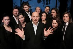 Portret zbiorowy wykonawców, w środku Włodek Pawlik. Fot. Dorota Awiorko-Klimek. Teatr Stary