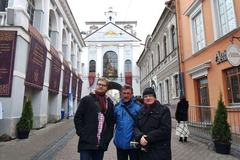 Od lewej: łukasz Janicki, Bogusław Wróblewski, Waldemar Michalski - na tle Ostrej Bramy, fot. Anna Goławska