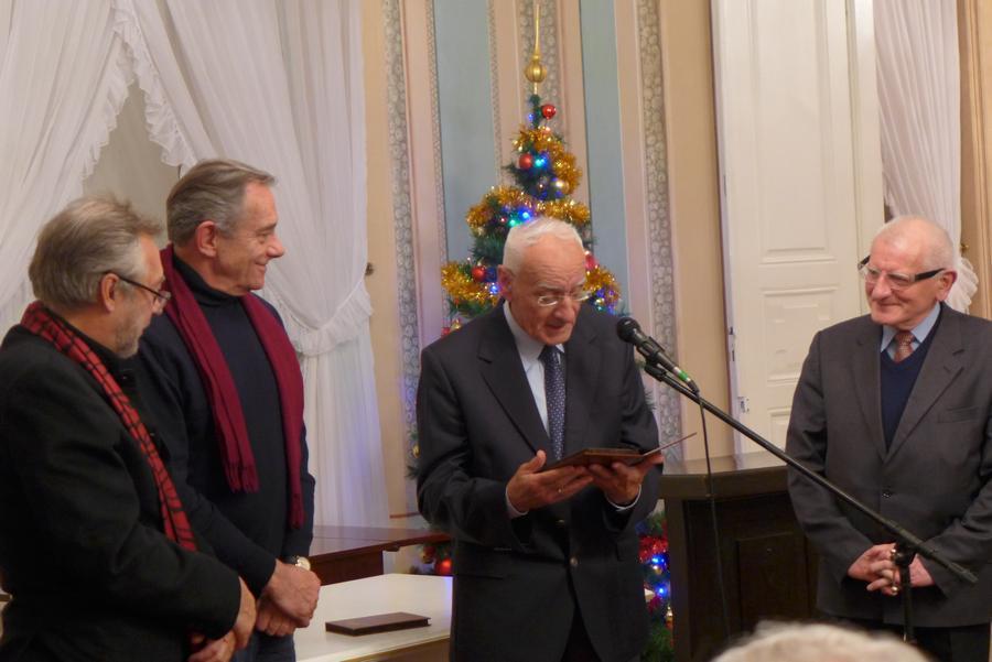 4. Prof. Jerzy Święch (w środku) przed wręczeniem Włodzimierzowi Staniewskiemu (z lewej) medalu WFK