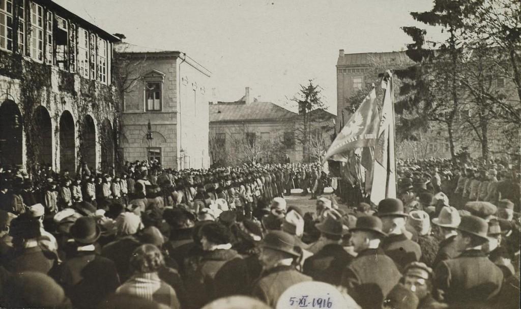 Delegacje i wojsko przed gmachem Guberni