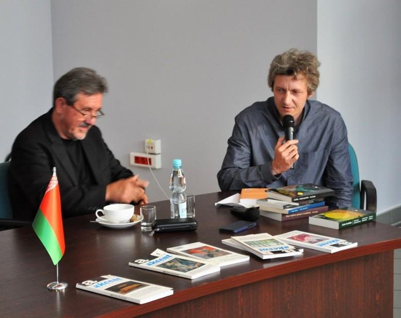 Bogusław Wróblewski – gość honorowy III Międzynarodowego Trójstyku Literackiego (z lewej) w rozmowie z Łukaszem Marcińczakiem. Fot. archiwum UM Włodawa