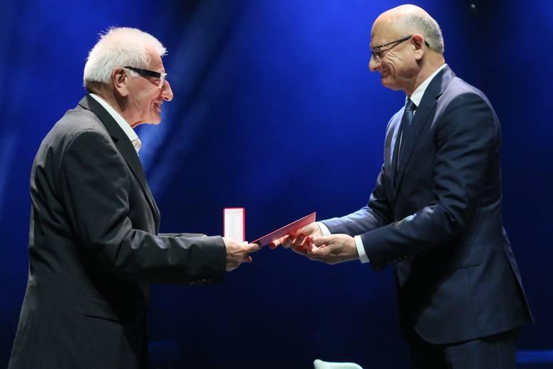"""Waldemar Michalski (z lewej) odbiera medal z rąk Krzysztofa Żuka, prezydenta Miasta Lublin. Fot. Ł. Kaczanowski, """"Kurier Lubelski"""""""