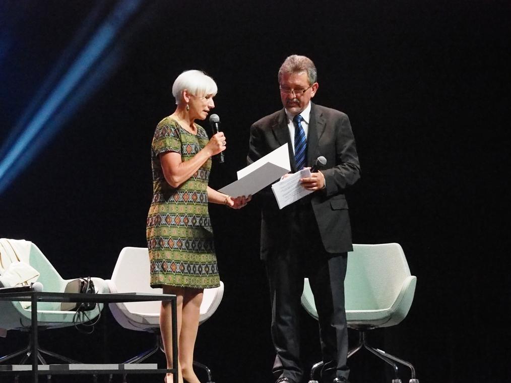 Birutė Jonuškaitė wręcza Bogusławowi Wróblewskiemu list gratulacyjny od pisarzy litewskich. Fot. A. Makowski