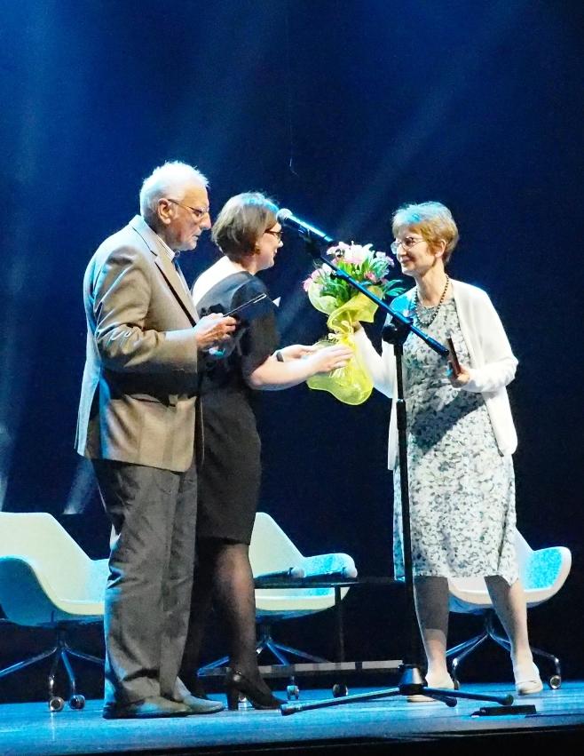 Monika Adamczyk-Garbowska odbiera Medal WFK z rąk przewodniczącego Rady Fundacji Jerzego Święcha i kwiaty z rąk Katarzyny Konopki. Fot. A. Makowski