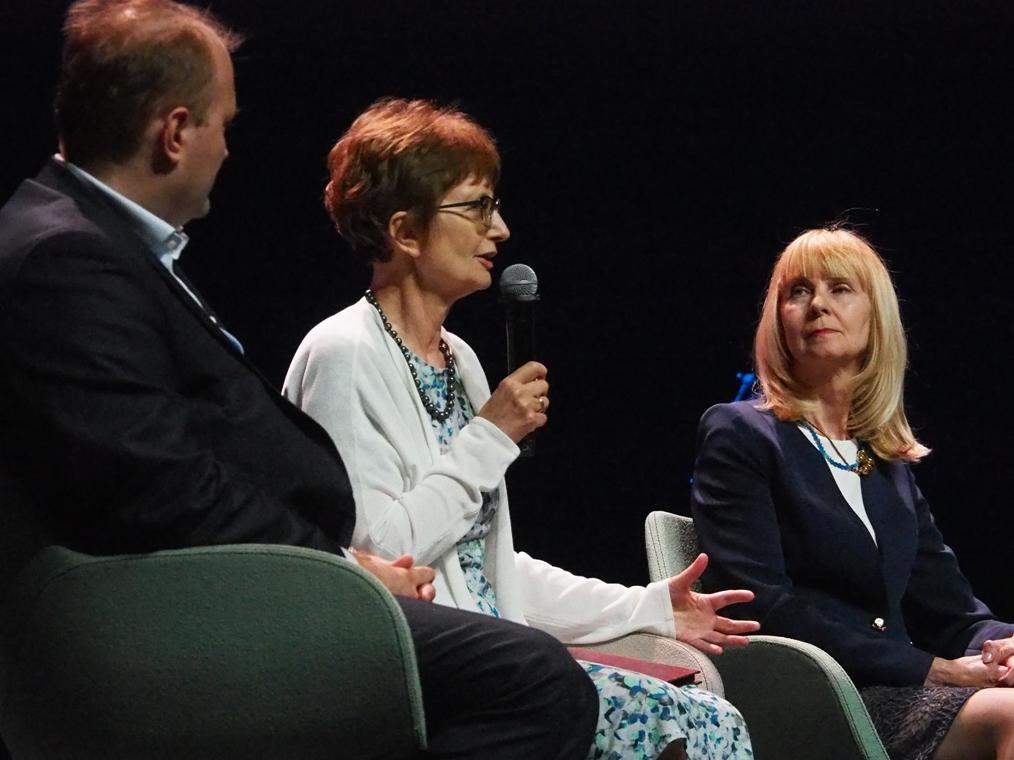 Mówi Monika Adamczyk Garbowska, obok Iwona Hofman i Jarosław Cymerman. Fot. A. Makowski