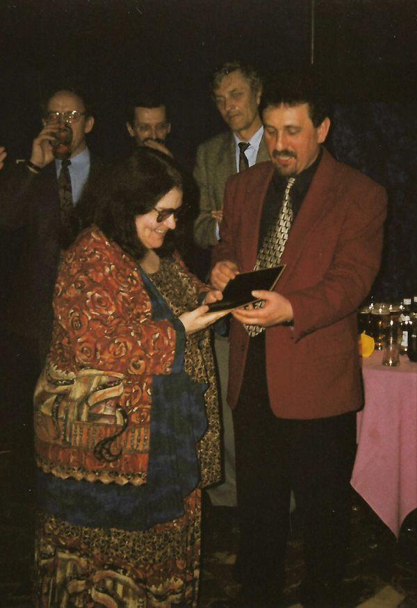 Kate Delaney z medalem WFK Akcent w Kawiarni Artystycznej Hades 1998 rok